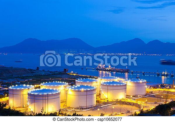 Tanques de petróleo por la noche - csp10652077