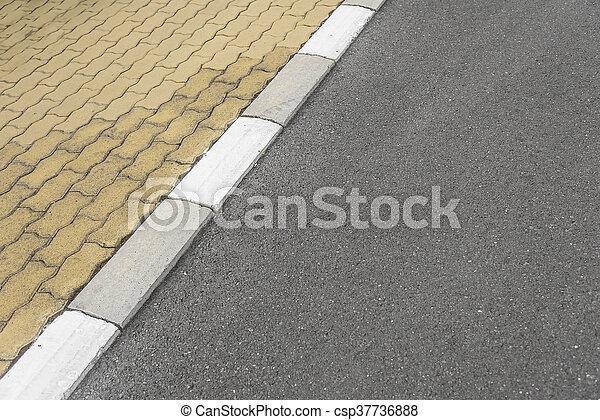 La acera de la frontera y la carretera de asfalto. - csp37736888