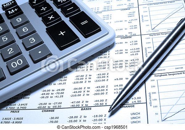 Calculador, pluma de acero y datos financieros con gráficos. - csp1968501