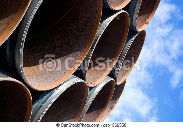 La tubería de acero es fotografiada en el fondo del cielo - csp1369558