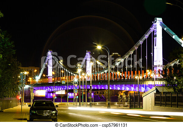 El puente de noche es un puente de suspensión de acero en Moscú, Rusia. - csp57961131