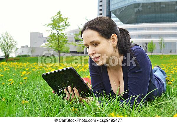 achtergrond, tablet, natuur, beauty, jonge, student, meisje - csp9492477