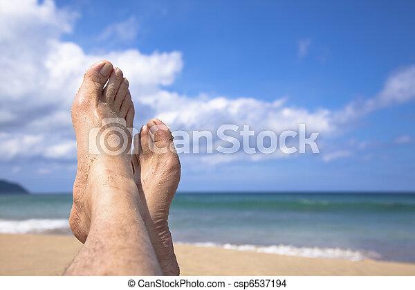 Estar en la playa mirando mis pies y disfrutar las vacaciones de verano - csp6537194