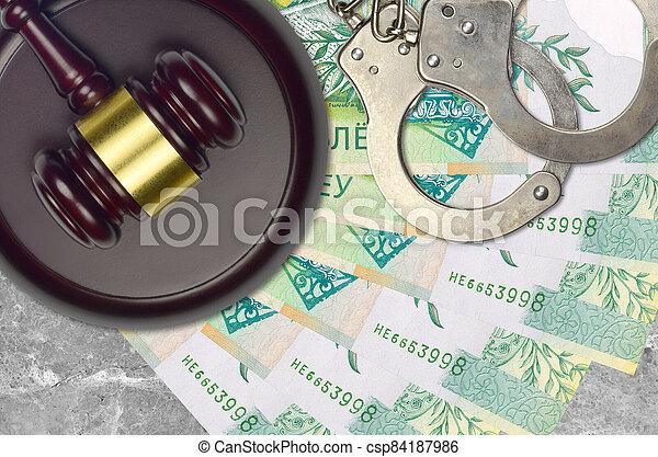 action éviter, procès, ou, desk., 50, concept, impôt, judiciaire, police, tribunal, factures, rubles, juge, bribery., menottes, belorussian, marteau - csp84187986