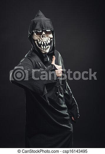 Esqueleto con una bata mostrando pulgares arriba - csp16143495