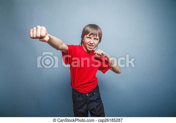 Chico, adolescente, doce años rojo en camisa, mostrando - csp26185287