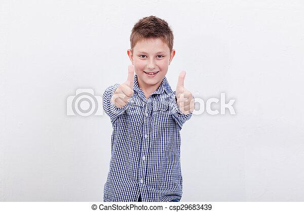 Retrato de niño feliz mostrando los pulgares hacia arriba gesto - csp29683439