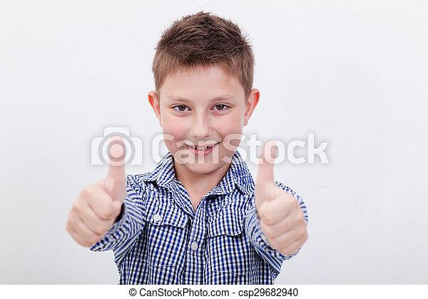 Retrato de niño feliz mostrando los pulgares hacia arriba gesto - csp29682940