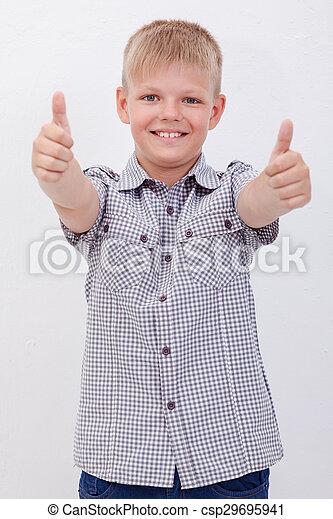 Retrato de niño feliz mostrando los pulgares hacia arriba gesto - csp29695941