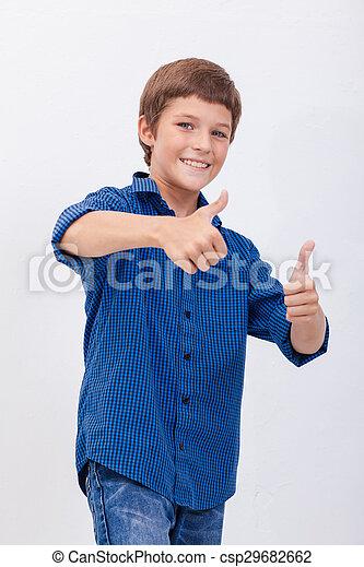 Retrato de niño feliz mostrando los pulgares hacia arriba gesto - csp29682662