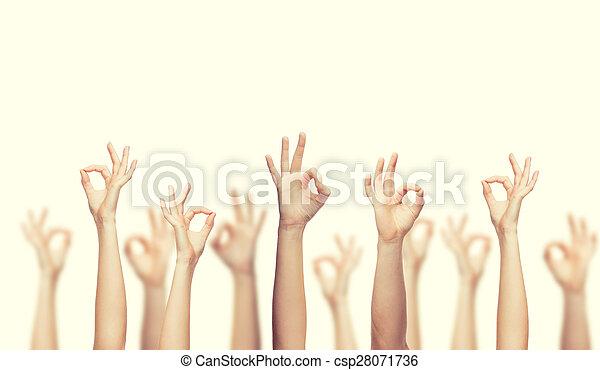 Manos humanas mostrando buena señal - csp28071736