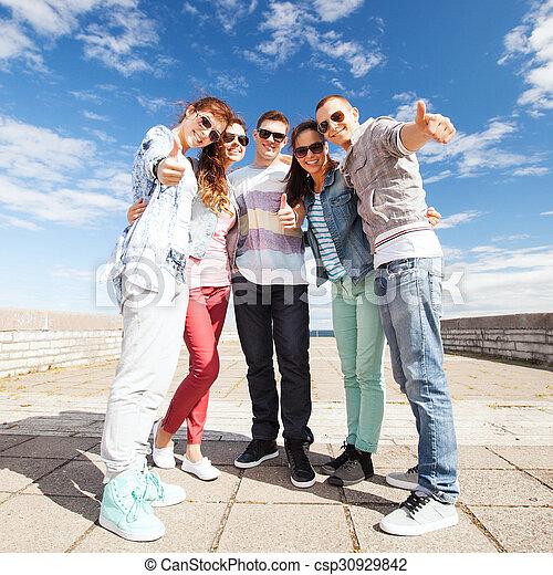 actuación, pulgares arriba, adolescentes - csp30929842