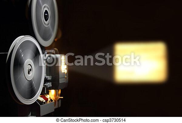 Un viejo proyector que muestra películas - csp3730514