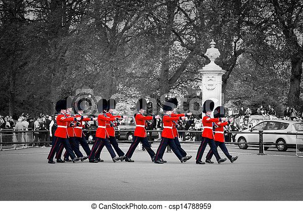 LONDON - 17 DE MAYO: guardias reales británicos marchan y realizan el cambio de la guardia en el palacio Buckingham - csp14788959