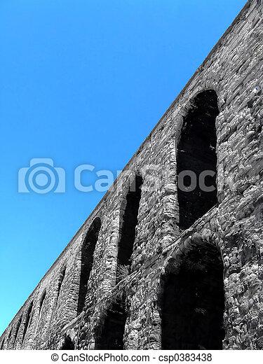 Ángulo de acueducto romano - csp0383438
