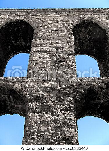 Primer plano acueducto romano - csp0383440