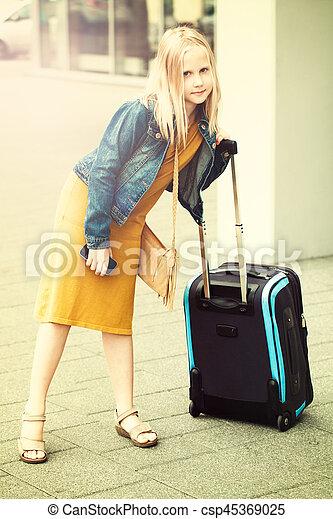 adolescent, aéroport, jeune fille, valise - csp45369025