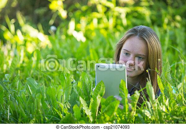 adolescent, pc tablette, park., girl, herbe, mensonge - csp21074093