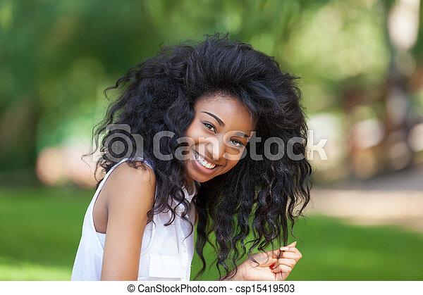 Un retrato al aire libre de una adolescente negra, gente africana - csp15419503