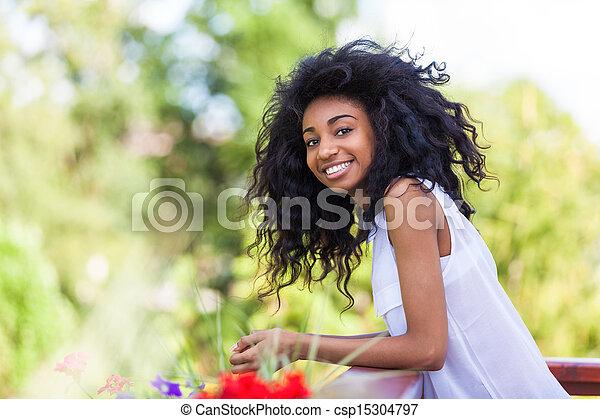 Retrato al aire libre de una adolescente negra, gente africana - csp15304797