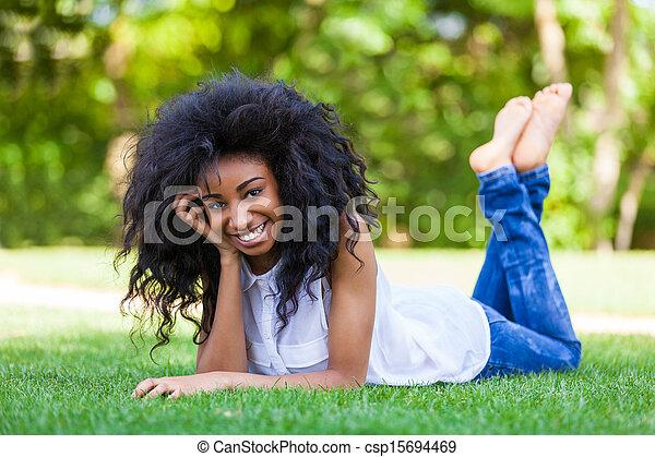 Retrato al aire libre de una adolescente negra, gente africana - csp15694469