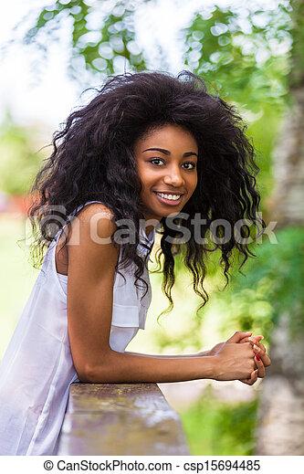 Un retrato al aire libre de una adolescente negra, gente africana - csp15694485