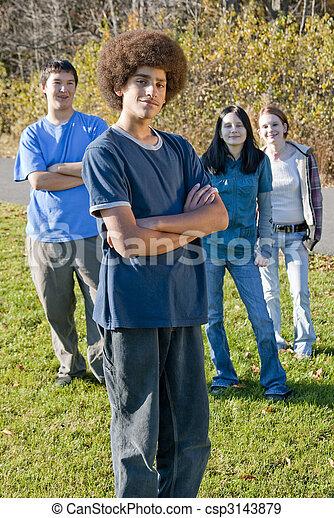 Amigos adolescentes étnicos - csp3143879