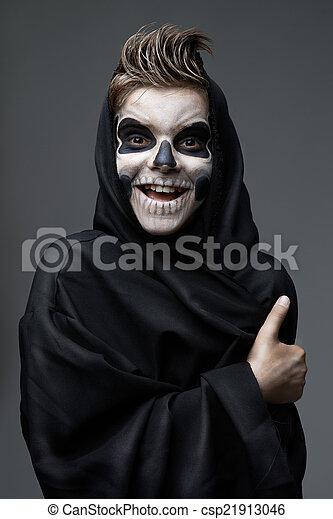 Adolescente con cráneo de maquillaje mostrando pulgares arriba - csp21913046