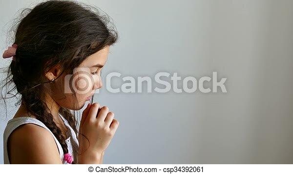 La Credenza In Dio : Adolescente credenza dio preghiera chiesa ragazza pregare