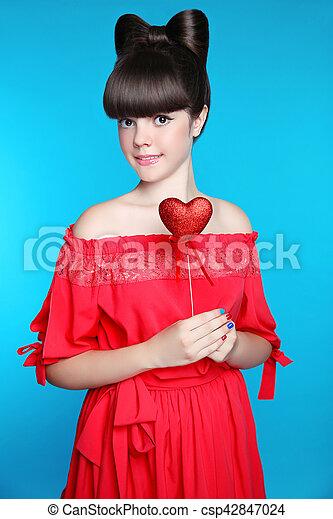 adolescente, cuore, brunetta, ragazza, blu, isolato, giovane, capelli, fondo., studio, presa a terra, ritratto, modello, arco, sorridente, rosso, stile - csp42847024