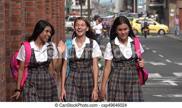 Felices adolescentes de preparatoria - csp49646024