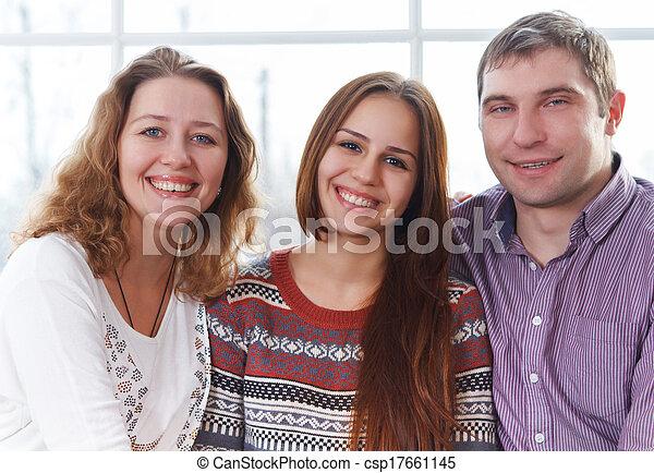Sonriendo como una familia feliz con una hija adolescente - csp17661145