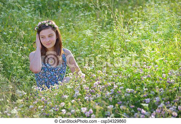 Hermosa adolescente - csp34329860
