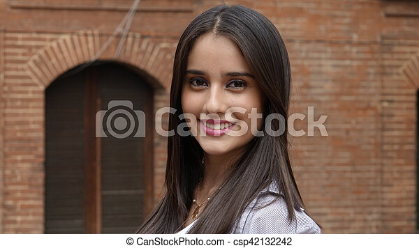 Chica hispana adolescente sonriente - csp42132242
