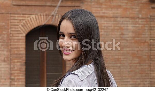 Chica hispana adolescente sonriente - csp42132247