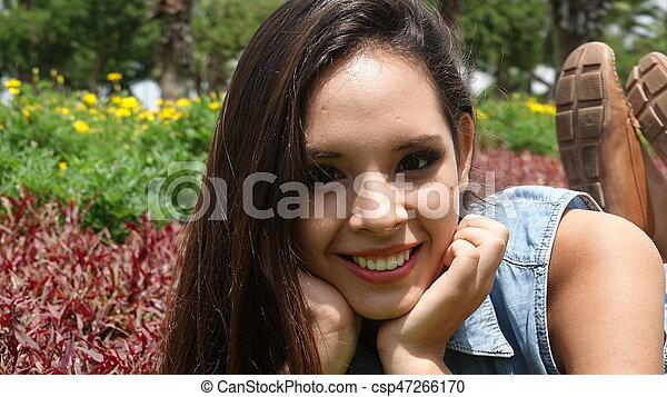 Linda adolescente feliz - csp47266170