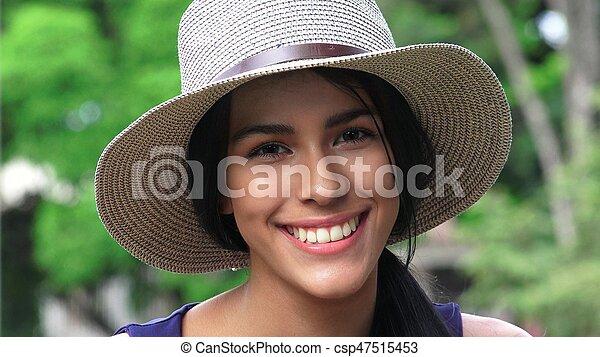 Una linda y feliz adolescente con sombrero - csp47515453