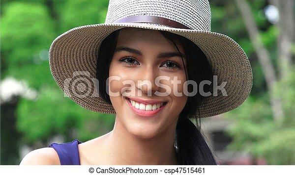 Una linda y feliz adolescente con sombrero - csp47515461