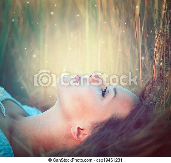 Una chica modelo adolescente al aire libre disfrutando de la naturaleza - csp19461231