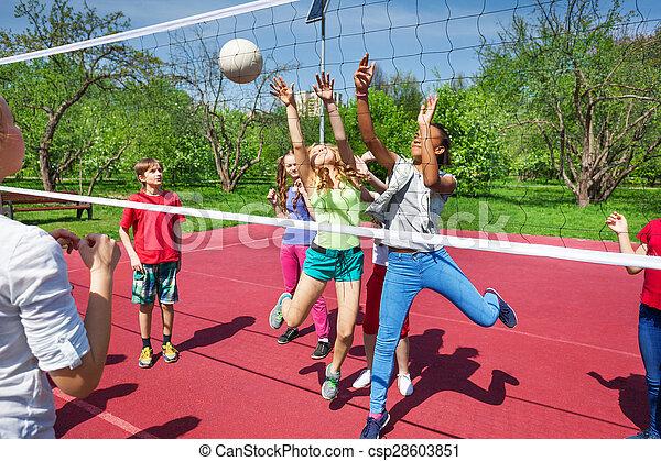 Adolescente nios juego voleibol exterior feliz imgenes de
