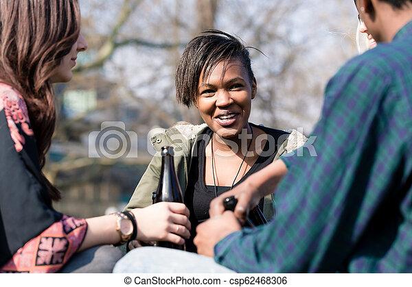 Una adolescente disfrutando con sus amigos - csp62468306