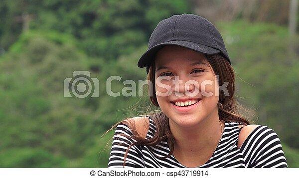 Chica adolescente feliz riendo y sonriendo - csp43719914