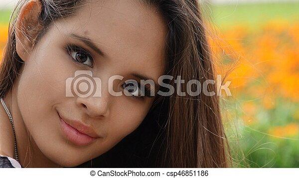 Chica adolescente feliz - csp46851186