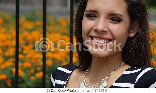 Chica adolescente feliz en el parque - csp47266154