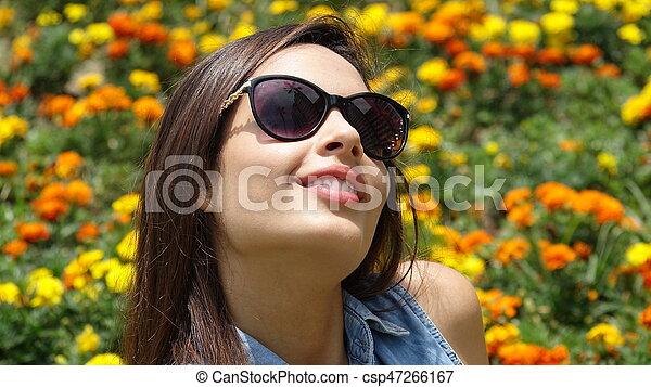 Feliz adolescente en Meadow - csp47266167