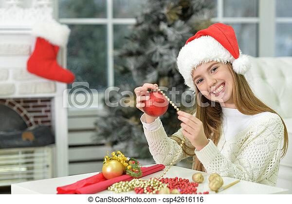 Chica adolescente preparándose para Navidad - csp42616116
