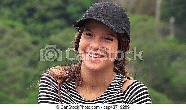 Hermosa adolescente sonriendo - csp43719289