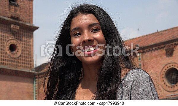 Sonriente y feliz adolescente - csp47993940