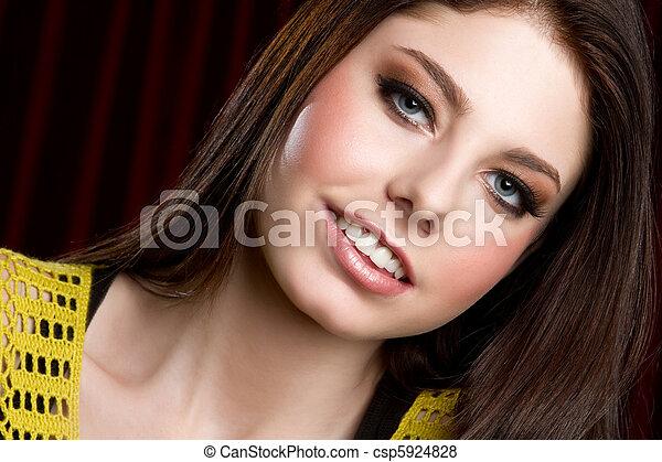 Una adolescente sonriente - csp5924828