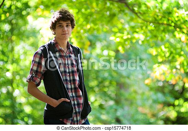Un adolescente al aire libre - csp15774718